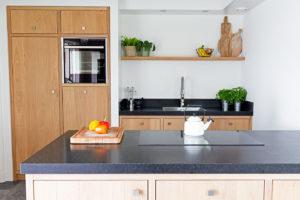 Een mooie strakke eikenhouten keuken met ingebouwde kasten