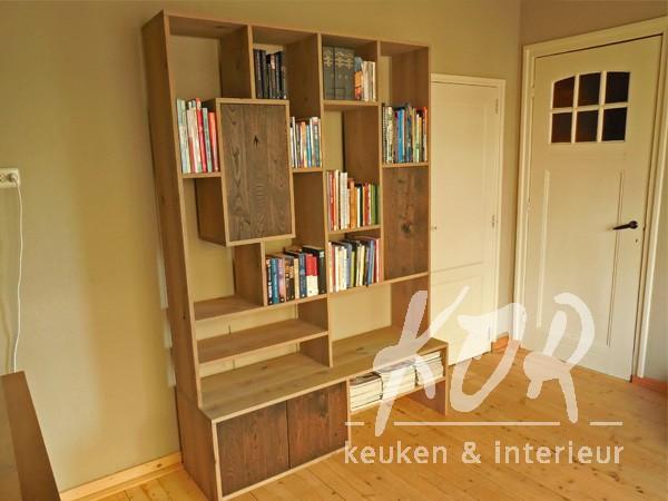 Eikenhouten wandkast met boeken